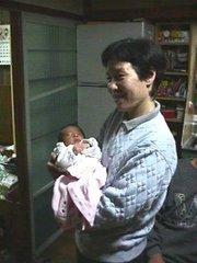 03004 おばあちゃん は ちょっと きんちょう して いるよ